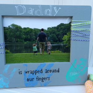 Create an easy DIY picture frame for father's day with kids handprints