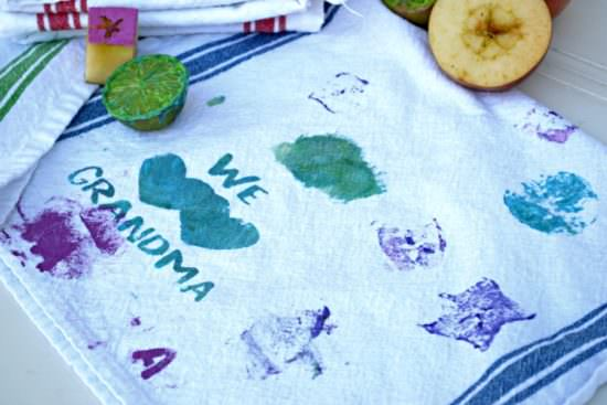 This would be a great DIY Mother's Day gift for grandma that the kids can make themselves! Using fruit as stamps on the kitchen towels looks fun for the kids, too.
